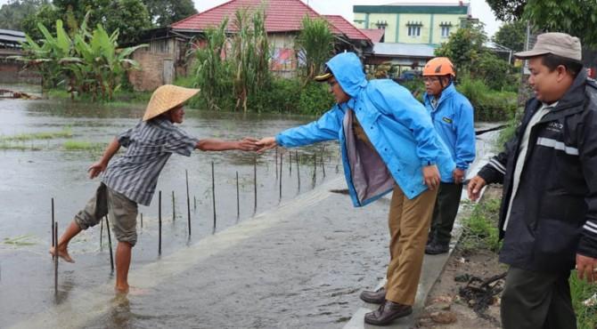 Wawako Payakumbuh, Erwin Yunaz saat menemui warga yang lahan pertaniannya terdampak banjir.