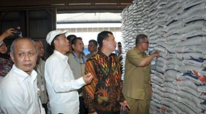 Rombongan perwakilan Komisi VI DPR RI , Wagub Sumbar Nasrul Abit dan Direktur Keuangan Bulog Triyana meninjau gudang Bulog di Air Pacah, Kota Padang