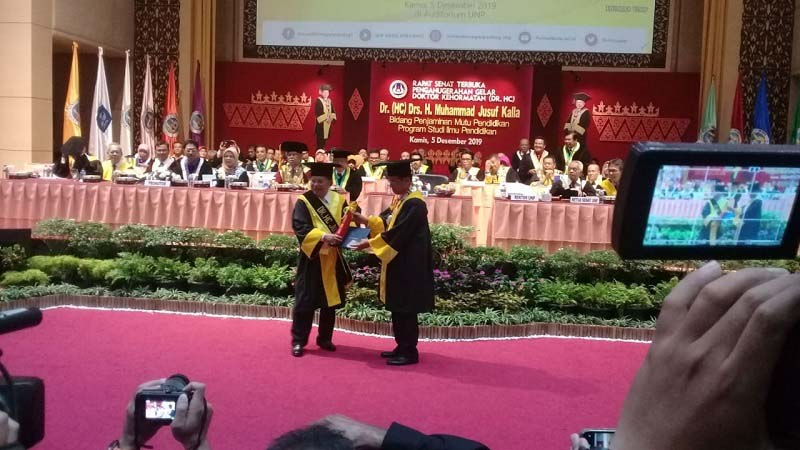 Universitas Negeri Padang (UNP) memberikan gelar Doktor Kehormataan (Honoris Causa) kepada Jusuf Kalla Bidang Penjamin Mutu Pendidikan Program Studi Ilmu Pendidikan, Kamis, 5 Desember 2019.