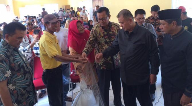Penyerahan bantuan alat tangkap oleh Wagub Sumbar kepada Nelayan di danau Singkarak
