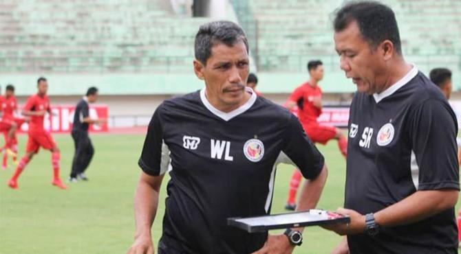 Pelatih Semen Padang FC, Syafrianto Rusli dan asisten pelatih, Welliansyah.