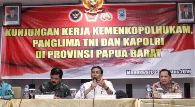 Menko Polhukam Wiranto didampingi Panglima TNI dan Kapolri dalam pertemuan dengan tokoh adat dan masyarakat di Manokwari, Papua Barat, Kamis (22/8)