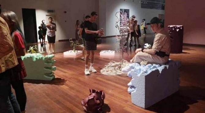 Beberapa pengunjung pameran seni di Malaysia merusak koleksi pameran hanya untuk konten instagram.