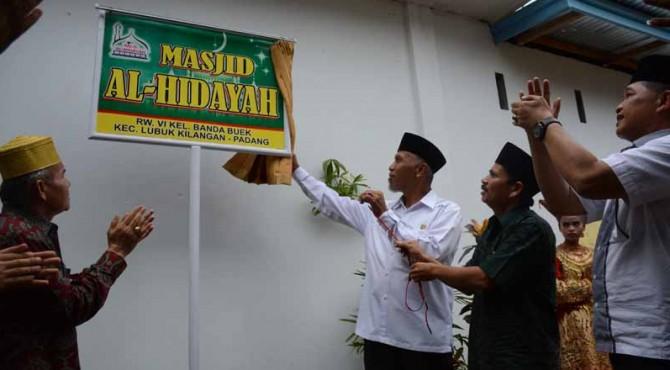 Walikota Padang Mahyeldi Ansharullah di dampingi Ketua Komisi IV DPRD Padang Jufri Bitel membuka tirai plang nama masjid sebagai simbolis peresmian Masjid Al-Hidayah, Kelurahan Bandar Buat, Jumat (13/5)
