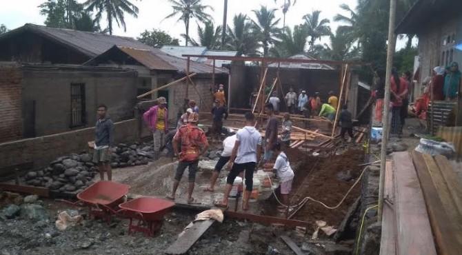 Warga di Solsel Goro membangun tiga rumah yang hangus saat musibah kebakaran 22/11 yang lalu, Solsel 4 Desember 2019