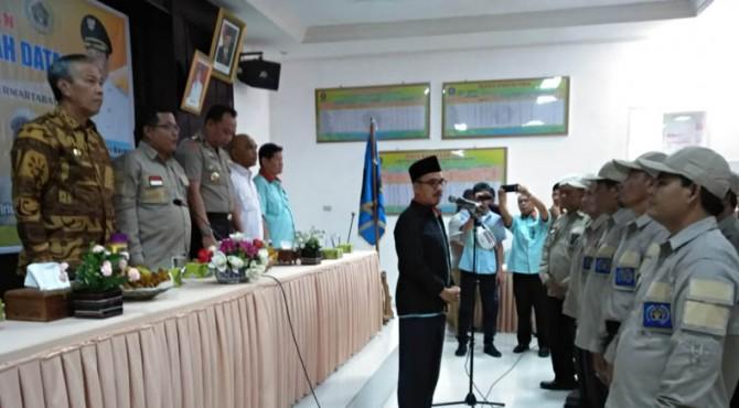 Ketua PWI Sumbar Heranof Firdaus mengukuhkan Kepengurusan PWI Tanah Datar masa bakti 2019 - 2022 di Batusangkar