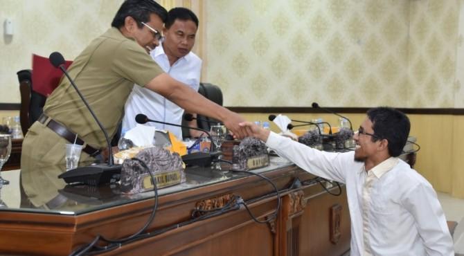 Sekda Agam Martias Wanto bersalaman dengan M Abrar dari Fraksi PKS