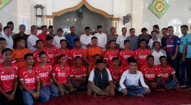 Pemain dari PS LIMKOS FC tengah berfoto bersama dengan Wabup Padang Pariaman