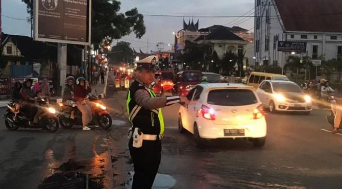 Polisi atur lalu lintas di Jalan Sudirman Bukittinggi