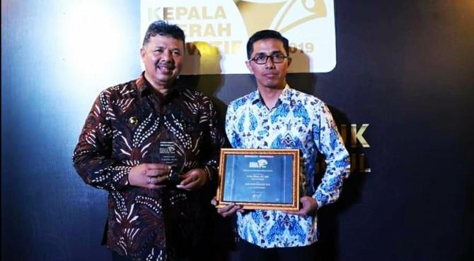 Walikota Solok Zul Elfian didampingi Kabag Humas Nurzal Gustim usai menerima anugerah KDI 2019