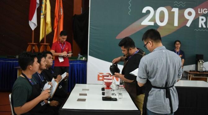Peserta menyeduh kopi dalam LSR 2019 di Padang