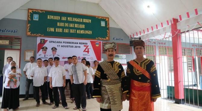 Bupati Solok Selatan Muzni Zakaria Foto bersama Ka Rutan Muara Kaharudin Labuh usai pemberian remisi