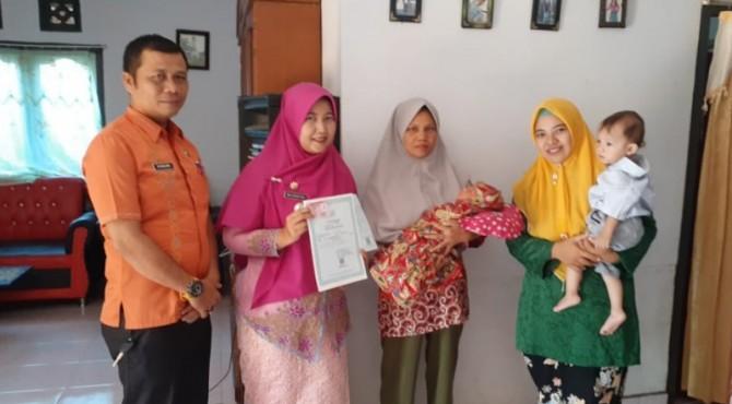 Camat Ampek Nagari menyerahkan Akte Kelahiran kepada masyarakat