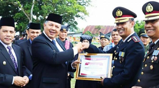 Wako Solok Zul Elfian serahkan penghargaan dari Pemko kepada Polres Solok kota AKBP Dony Setiawan.