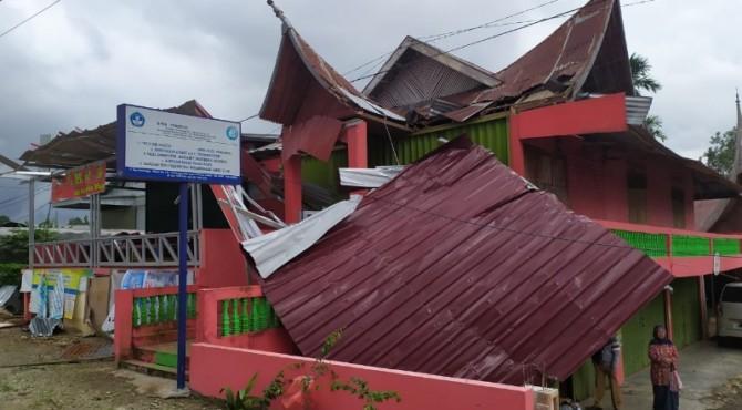 Bangunan rusak dihantam puting beliung di Agam