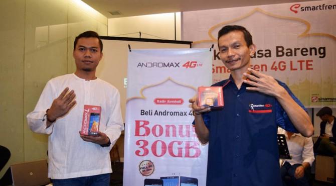 Yoga Permana (Head of Support Smartfren Regional Sumbagut) bersama A. Fakhrurrozi (Cluster Manager Smartfren Sumbar) memperlihatkan dua produk promo Smartfren.