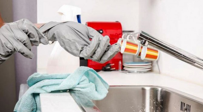 ilustrasi membersihkan peralatan di rumah