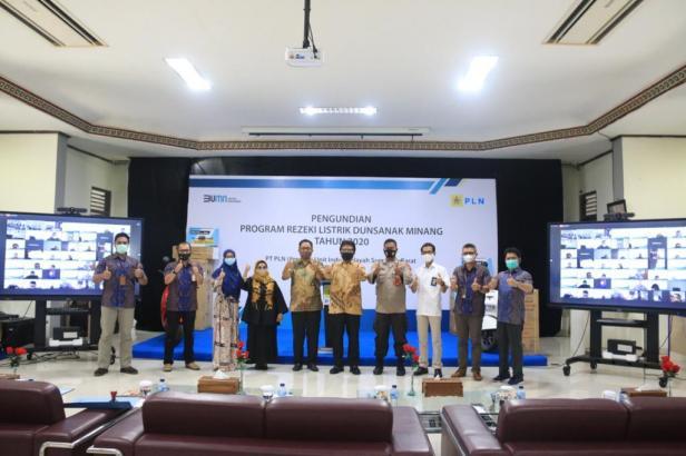 GM PLN UIW Sumbar Bambang Dwiyanto melakukan pengundian untuh hadiah utama betupa umroh untuk pemenang program Rezeki Listrik Dunsanak Minang 2020
