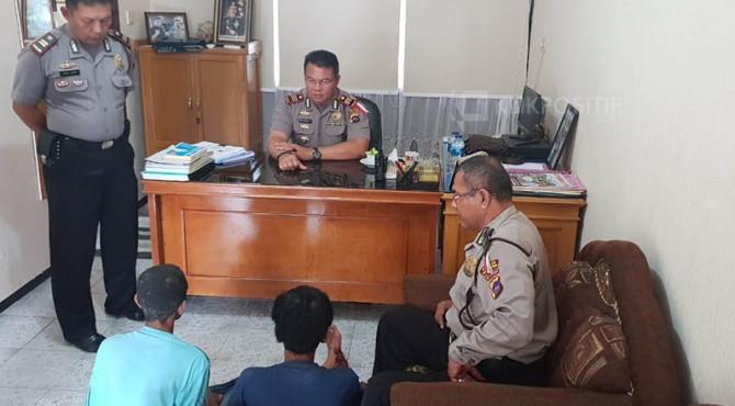 Dua remaja pembobol toko handphone di Padang Pariaman diinterogasi petugas polisi.