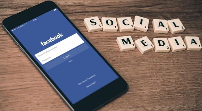 Facebook mengatakan bahwa peraturan baru dan perubahan produk yang bertujuan melindungi privasi pengguna akan memperlambat pertumbuhan pendapatannya tahun depan.