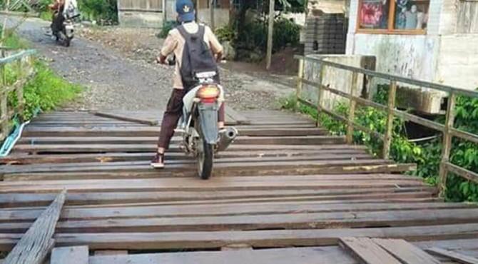 Jembatan penghubung di Jorong Simpang Timbo Abu, Nagari Kajai, Kecamatan Talamau