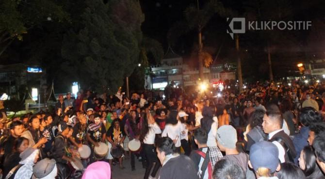 Aksi para mahasiswa ISI Padangpanjang di Jam Gadang Bukittinggi, Sabtu (17/12/2016)