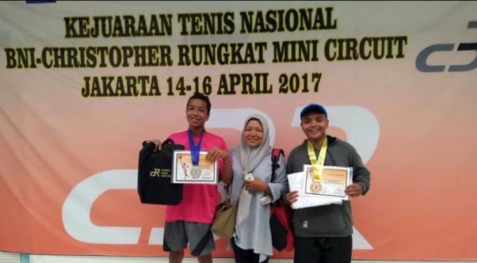 M. Fatarsyah dan M. Arsy bersama Manejer Tim Desmira Ruseva usai mengikuti Kejuaraan Tenis Nasional Christoper Benyamin Rungkat di Jakarta