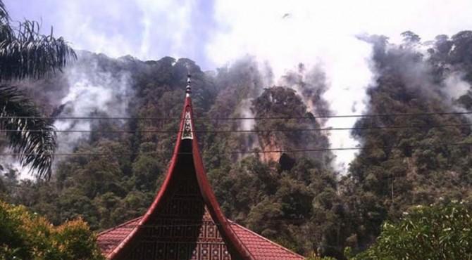 kebakaran di tebing Lembah Harau