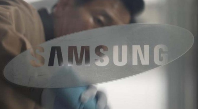 Seorang pekerja menyeka panel kaca sebelum rapat umum pemegang saham Samsung Electronics di gedung perusahaan di Seoul, Korea Selatan, 24 Maret 2017