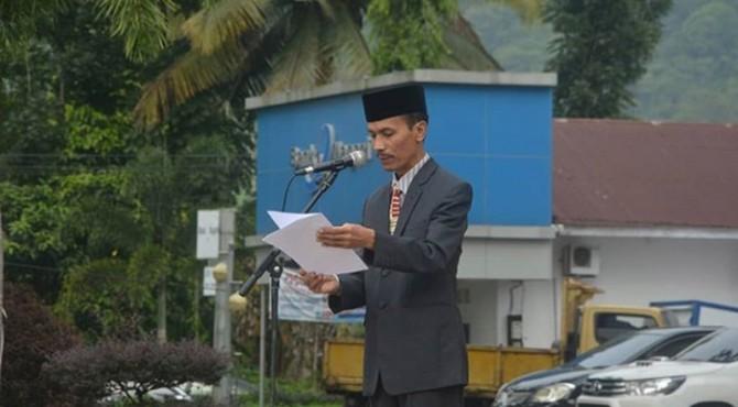Sekretaris Daerah Solok Selatan Yulian Efi Membacakan Pidato Menteri Pendidikan saat menjadi inspektur upacara peringatan hari Sumpah Pemuda di Padang Aro, Senin�(28/10)