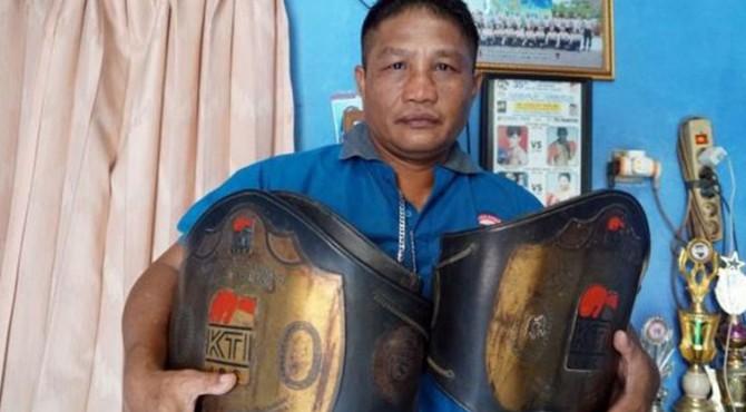 Ippo Gala menunjukkan koleksi dua sabuk gelar juara nasional di kediamannya di kawasan Cakung, Jakarta Timur, Senin (11/11/2019). Ia menjadi satu-satunya petinju Indonesia yang pernah melawan ikon tinju dunia Manny Pacquiao