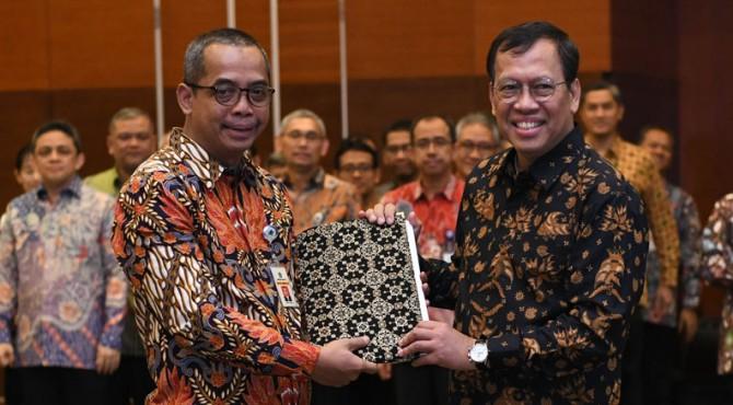 Dirjen Pajak Suryo Utomo menerima buku Memori Jabatan dari pejabat yang digantikannya Robert Pakpahan, usai pelantikan Dirjen Pajak di Gedung Djuanda, Kemenkeu, Jakarta, Jumat (1/11)