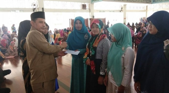 Wakil Walikota Solok, Reinier menyerahkan bantuan zakat pada masyarakat
