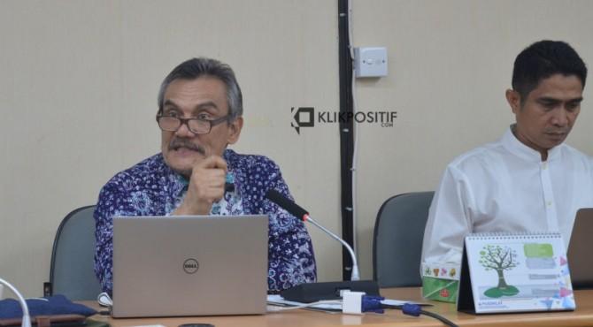 Ketua Majelis Guru Besar Unand Prof. Fauzan Azima dan WR II Unand Prof. Syafrizal