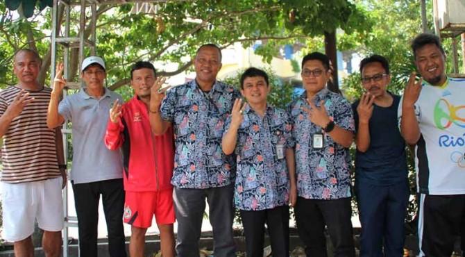 Manajemen baru Semen Padang FC berpoto bersama usai latihan pagi di GOR Haji Agus Salim Padang.