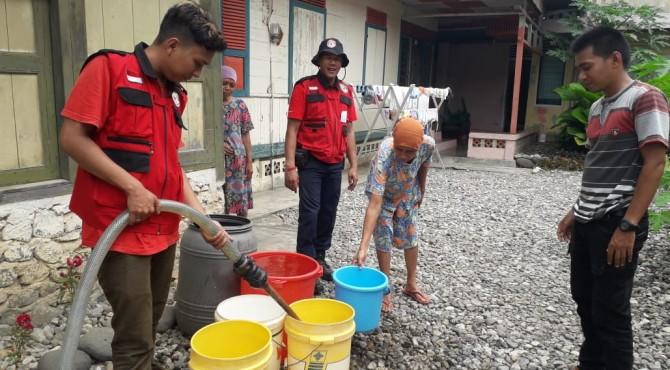 Relawan TRC Semen Padang tengah melakukan pengisian air bersih untuk warga Baringin yang terdampak kekeringan sejak satu pekan terakhir ini