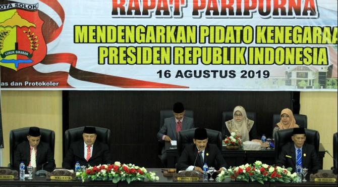 Ketua sementara DPRD kota Solok, Yutriscan membuka rapat peripurna terbuka dalam rangka mendengarkan Pidato kenegaraan Presiden Joko Widodo