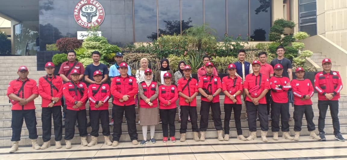 Tim medis SPH dan TRC Semen Padang foto bersama di halaman Plaza Kantor Pusat Semen Padang sebelum berangkat ke Solsel