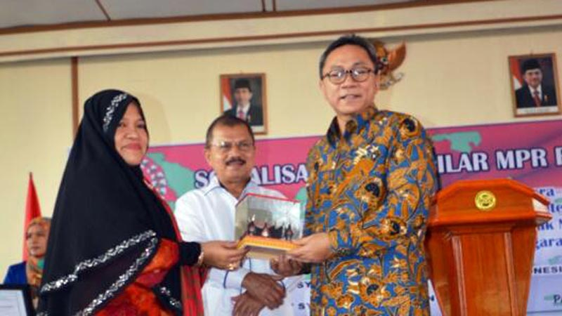 Ketua MPR RI, Zulkifli Hasan saat menerima cindera mata dari Ketua STIT Syekh Burhanuddin Pariaman Rasyidah yang didampingi oleh Bupati Padang Pariaman, Ali Mukhni.