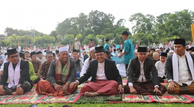 Bupati Agam Indra Catri salat Idul Adha di Halaman Kantor bupati