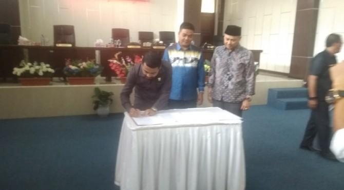 Zigo Rolanda, Ali Sabri Abbas, Armen Syahjohan Menandatangani Berita acara penetapan Pimpinan Defenitif DPRD