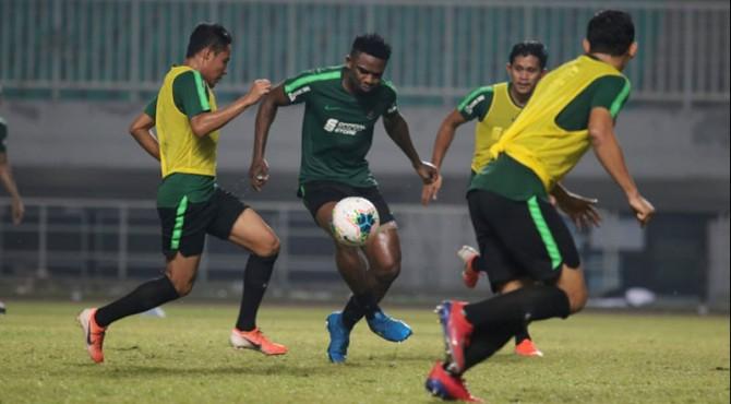 Pemain naturalisasi Indonesia, Osas Saha saat latihan bersama Timnas.