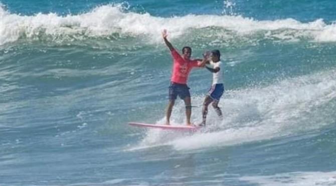 Aksi peselancar Filipina Roger Casugay saat menyelamatkan Arip Nurhidayat, yang tergulung ombak besar pantai Monaliza di La Union, Filipina, Jumat (6/12) lalu
