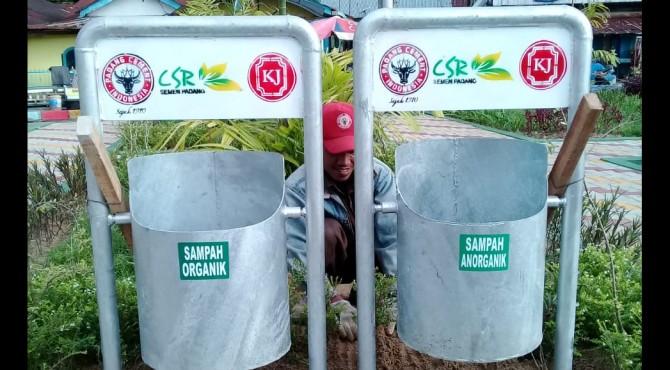 Salah satu tong sampah bantuan dari Semen Padang yang di pasang di kawasan Batang Arau