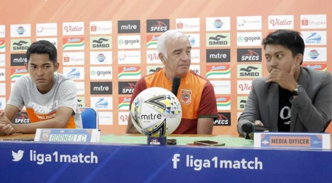 Mario Gomez (tengah) saat mengikuti sesi jumpa pers