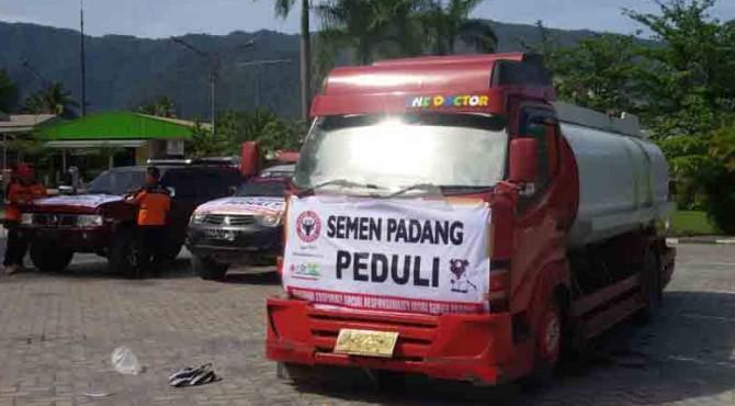 Semen Padang kerahkan dua tangki air bersih ke lokasi banjir di Padang