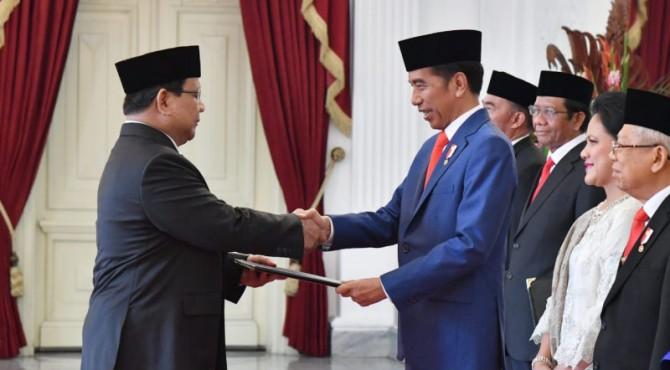 Presiden Jokowi saat memberikan mandat kepada Prabowo sebagai Menteri Pertahanan
