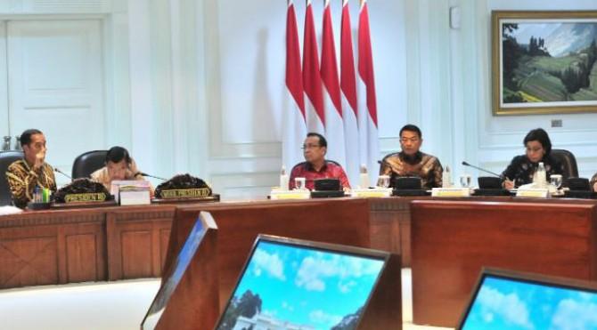 Presiden Jokowi didampingi Wapres Jusuf Kalla memimpin Rapat Terbatas tentang pemindahan ibu kota, di Kantor Presiden, Jakarta, Senin (29/4)