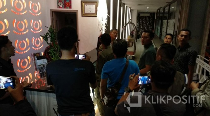 Penindakan yang dilakukan petugas gabungan SK4 Padang ke salah satu hotel berbintang