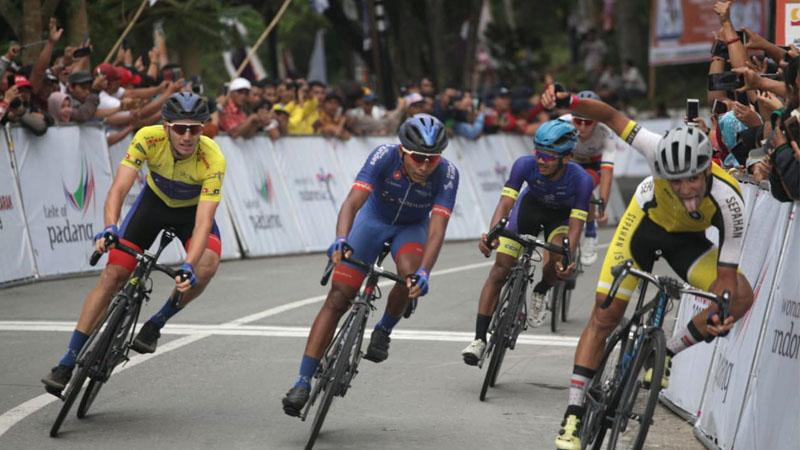 Ekspresi pembalap saat akan memasuki finish etape ketujuh